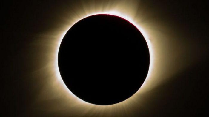 Siga en vivo el eclipse solar total que ocurre en todo Chile