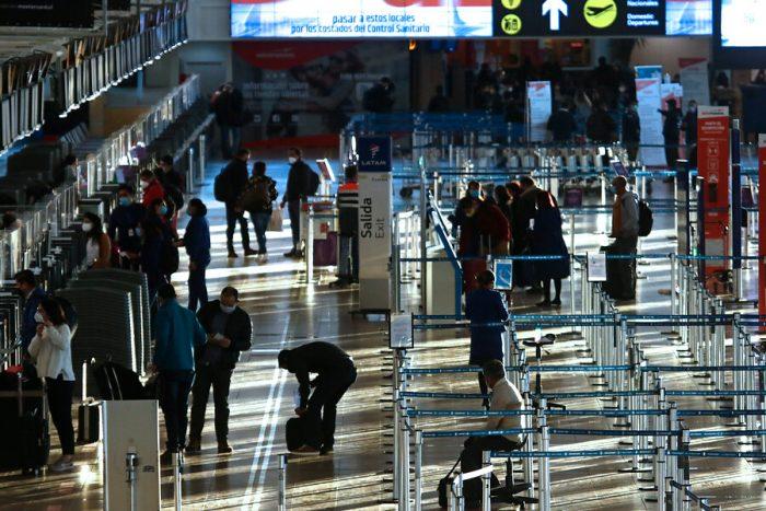 Nueva variante: Chile descarta cierre de fronteras para extranjeros mientras otros países de la región se ponen más estrictos