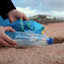Evitar contaminación en playas con el reciclaje de plástico al convertir los desechos en artículos que duran para siempre