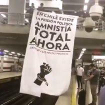 Personas se manifiestan en estación del Metro Irarrázaval exigiendo la libertad de los presos en el estallido social
