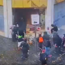 Grupo de personas saquea sucursal bancaria en el centro de Santiago
