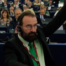 Doble estándar: eurodiputado homofóbico detenido por participar en orgía con 25 hombres durante restricciones sanitarias por pandemia