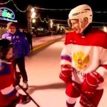 Vladimir Putin participó de una clase de hockey junto a un niño en la Plaza Roja de Moscú