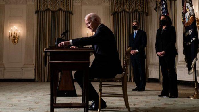 La avalancha sin precedentes de decretos de Biden en 10 días como presidente de EE.UU. (y por qué genera polémica)