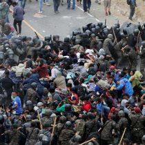 Fuerzas de seguridad de Guatemala enfrenta caravana de migrantes que se dirige hacia EE.UU