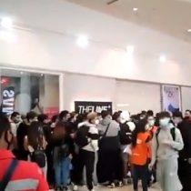 Se registran largas filas y aglomeraciones en el Mall Plaza Vespucio por el lanzamiento de nueva zapatilla