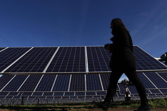Escala la polémica por asignación de millonario fondo para desarrollo de energías limpias a universidades ligadas a la derecha