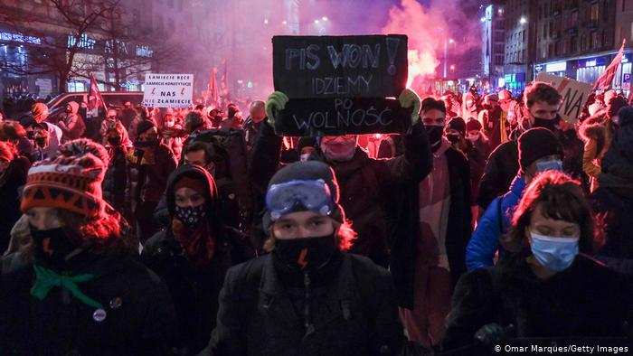Miles protestan en Polonia contra prohibición casi total del aborto
