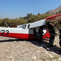 Aterrizaje de emergencia: aeronave de la FACh terminó vuelo de entrenamiento en el lecho del río Mapocho