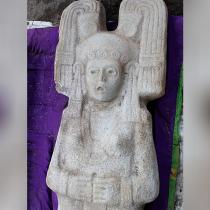 Descubren en México figura femenina prehispánica de dos metros de alto