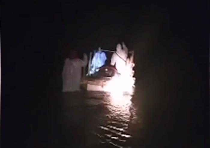 Chilote enfermo grave de Covid-19 tuvo que ser trasladado en balsa de plumavit ante ausencia de puente
