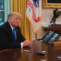 """Biden elimina el """"botón rojo"""" que puso Trump en su despacho para pedir Coca Cola"""