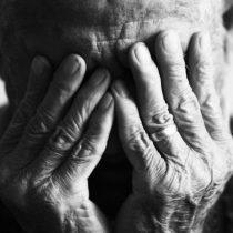 Estudio demuestra que adultos mayores son retratados en medios de comunicación como frágiles y el envejecimiento como una tragedia