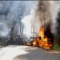 Dos camiones y tres camionetas resultaron destruidas tras nuevo ataque incendiario en la región del Bío Bío