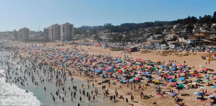 Alcalde de El Tabo anuncia recurso de protección contra el Minsal por gran cantidad de turistas que han llegado a la comuna