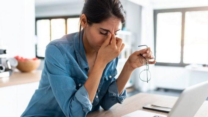 """¿Te palpita el párpado? 5 fenómenos extraños que el estrés produce en tu cuerpo y que debes """"escuchar"""""""