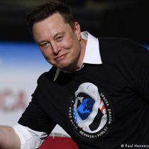 No eran ovnis: SpaceX sorprendió con decenas de satélites en órbita para su red de internet Starlink
