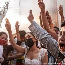 Decenas de miles protestan en Birmania pese a represión