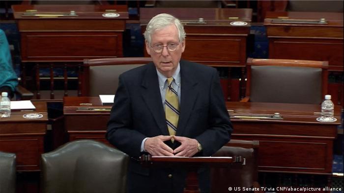 """Trump insta a republicanos a cambiar a su líder en el Senado y advierte que """"con Mitch McConnell a la cabeza no serán respetados"""""""