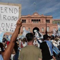 """""""Vacunas VIP"""": Argentina protesta en las calles tras escándalo y presidente Fernández critica """"bolsas mortuorias"""" en la Casa Rosada"""