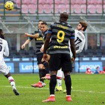 """Con gol y """"espaldinha"""" de Alexis: Inter gana 3 a 0 al Genoa y se escapa en la Serie A"""