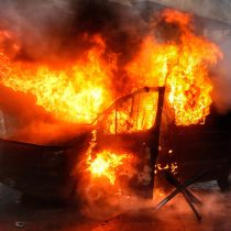 Incendian carro policial en medio de manifestaciones ocurridas en sector Bellavista de Santiago