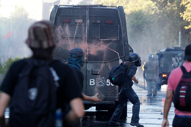 Una mujer con daño ocular, una persona atropellada por Carabineros y 19 detenidos: lo que dejó la jornada de manifestaciones en Plaza Italia