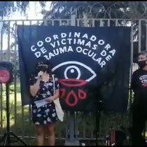 Victimas de trauma ocular muestran respaldo a profesora herida durante manifestación en Plaza Italia