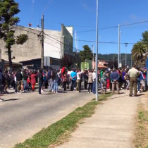 Lebu: decenas de personas protestan fuera del cuartel donde está detenido tío abuelo de Tomás Bravo
