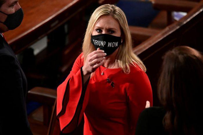 Congresista republicana fue expulsada de comisiones por difundir teorías conspiratorias: QAnon crea una crisis de identidad dentro del partido