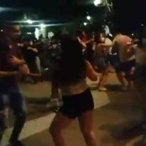 Vecinos registran masiva fiesta clandestina en Paseo Bulnes y a metros de La Moneda