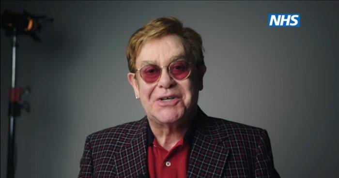 Elton John y Michael Caine invitan a la población británica a vacunarse contra el coronavirus en una campaña del Servicio de Salud