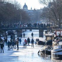 """Justicia ordena al Gobierno holandés levantar """"de inmediato"""" el toque de queda"""