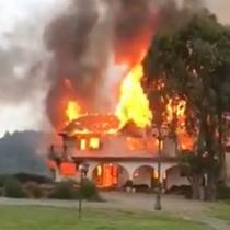 Nuevo ataque incendiario se registra en La Araucanía: desconocidos queman una casona, un galpón y un vehículo