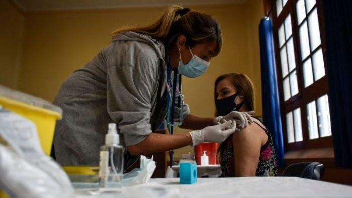 Coronavirus en Chile: cómo se explica que pese a la buena vacunación tenga la tasa de contagio más alta desde el comienzo de la pandemia