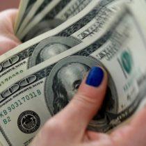 A pesar de iniciar la jornada con una baja, dólar cierra con una importante alza: se acerca a los $730