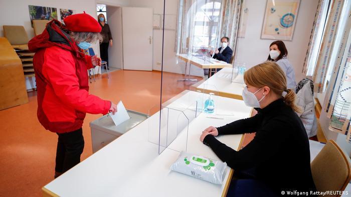 Partido de Angela Merkel sufre dura derrota en dos elecciones regionales...