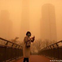 Alerta amarilla: Pekín amanece envuelta en una asfixiante niebla marrón por tormenta de arena