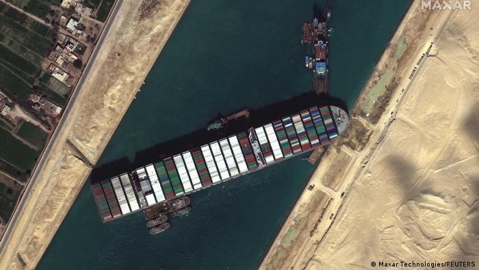 Un error humano pudo haber causado encallamiento de buque en canal de Suez