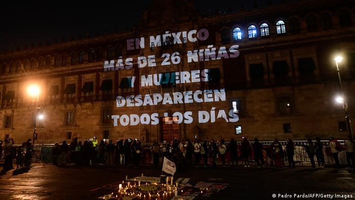 Protestan por violencia machista en Palacio Nacional de México