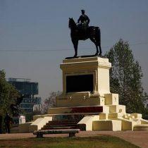 Soterrar la estatua de Baquedano durante manifestaciones: la disparatada propuesta de candidato a concejal UDI para resguardar el monumento