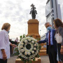 Desconocidos retiran arreglos florales dejados por exmilitares a estatua de Baquedano