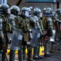 Primer viernes de manifestaciones ante muro de acero en Plaza Baquedano: Carabineros insiste en copamiento