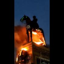 """Ejército repudió incendio a estatua de Baquedano: """"Los cobardes desadaptados que cometieron este acto indignante son antichilenos"""""""