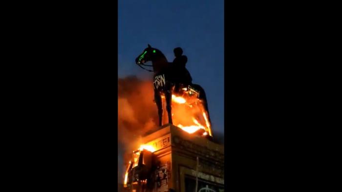 Ejército repudió incendio a estatua de Baquedano: