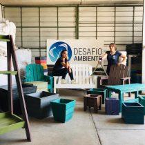 Emprendedoras transforman la basura plástica en sillas y material de construcción