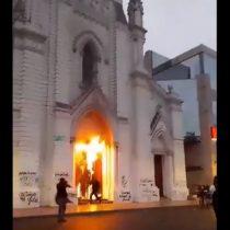Desconocidos incendiaron frontis de la Catedral de Antofagasta tras convocatoria por el Día de la Mujer