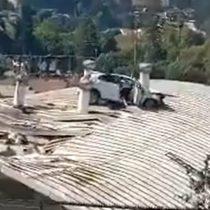 """""""Salió volando"""": auto termina sobre el techo de un colegio de Viña del Mar"""