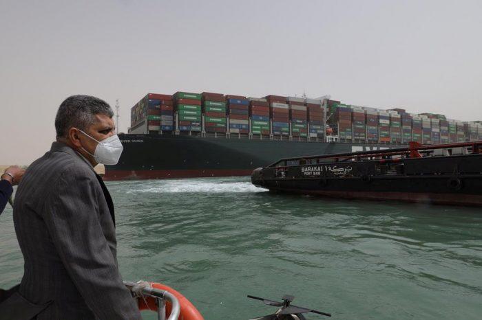 Fracasa primer intento de reflotar megabuque encallado en canal de Suez