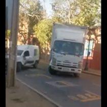 Insólito: camión chocó varias veces contra auto y derribó poste en Providencia